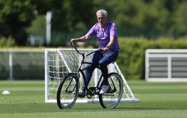 Opvallend: José Mourinho meldt zich met cruisefiets (én zorgelijke blik) op trainingsveld van Tottenham