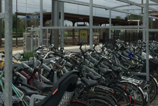 Betaalparking voor auto's bekostigt fietsstalling station