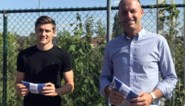 KAA Gent-coach Jess Thorup deelt mondmaskers uit in Gentbrugge