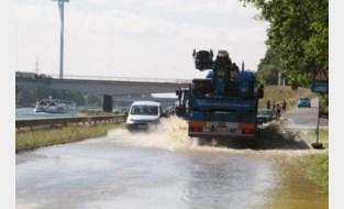 Immens waterlek langs kanaal door werken