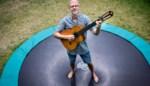 """Muzikale opa wilde vooral contact houden met zijn kleinkinderen, maar heeft nu eigen YouTube-kanaal: """"Niet alleen leuk voor mijn hen, ook voor mij"""""""