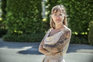 """Sandy doet mee aan Miss Tattoo, ondanks spierziekte: """"Als ik me wat minder voel, put ik kracht uit mijn tattoos"""""""