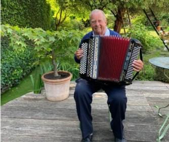 """Michel D'Hooghe, ex-Club-voorzitter, laat elke ochtend accordeonspel zien: """"Ik speelde al clubliederen voor Bart Verhaeghe na de Brugse titel"""""""