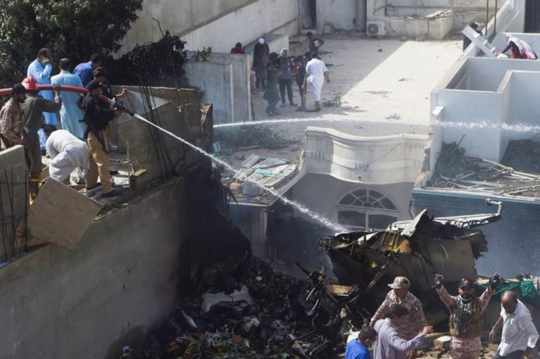 Airbus met meer dan 100 mensen aan boord gecrasht op woonwijk in Pakistan: minstens 97 doden