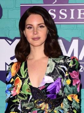 """Lana Del Rey krijgt forse kritiek na omstreden post, maar bijt van zich af: """"Dit zegt meer over jullie dan over mij"""""""