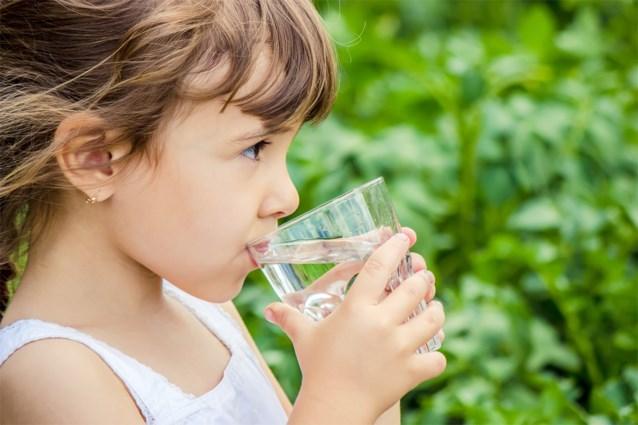 Mama bedenkt geniaal trucje om haar kinderen eindelijk genoeg water te doen drinken