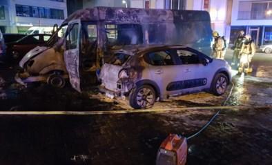 Onderzoek naar uitgebrande bestelwagen die ook twee andere wagens beschadigt