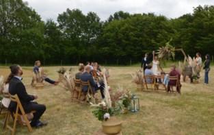 """Eventbureau test op een weide corona-proof huwelijksfeest uit: """"En we kunnen hier nog heel wat bubbels veilig aan toevoegen"""""""