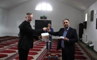 Pastoor Leenknegt op bezoek in de moskee