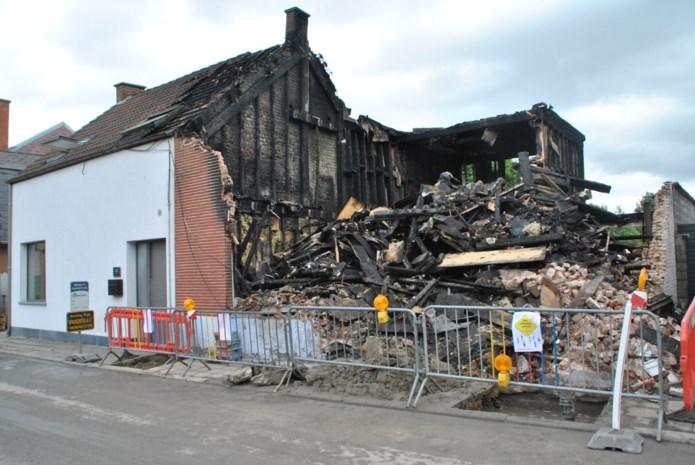 """Gezin op straat na nachtelijke brand: """"Vier jaar renovatie in enkele uren weggebrand"""""""