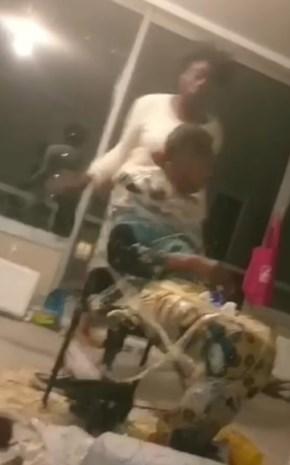 Vrouw krijgt pak slaag met schoen terwijl ze vastgekleefd zit aan stoel