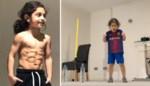 Een kruising van Lionel Messi en Cristiano Ronaldo? Jongetje (6) verbaast met 'sixpack' en houdt bal 3.000 keer in de lucht