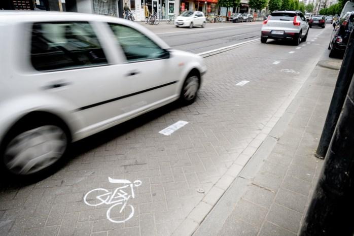 Gevaarlijke straat krijgt 's nachts ineens fietspad: politie betrapt schilders op heterdaad