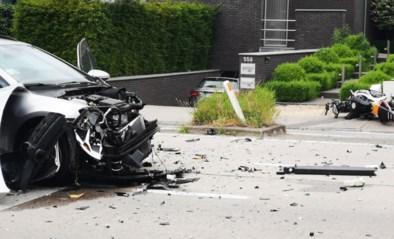 Motorrijder aangereden door auto die parking verlaat: zwaargewond afgevoerd naar ziekenhuis