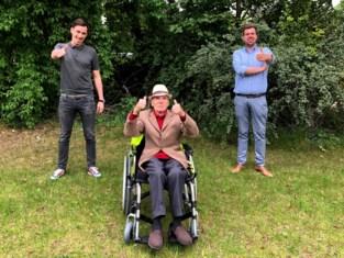 Frans (87) krijgt gloednieuwe rolstoel nadat kringloopwinkel de zijne per ongeluk verkoopt