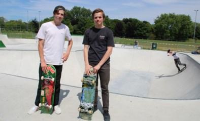 Komen en gaan op skatepark aan Pierebad