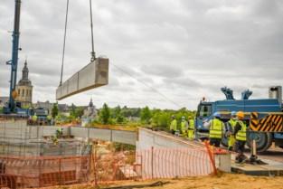 """Kijklustigen volgen hoe Infrabel brugdek van nieuwe Parkwegbrug plaatst: """"Ik word er zelfs emotioneel van"""""""
