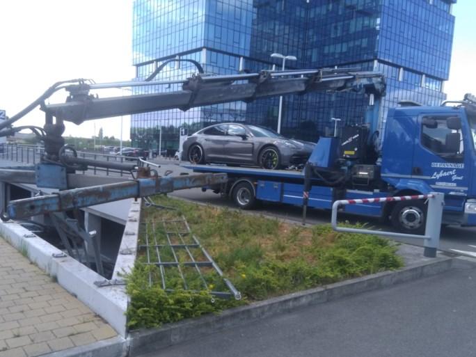 Bestuurder van Porsche maakt pijnlijke vergissing op Gentse parking