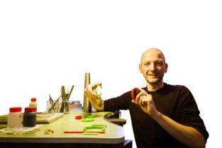 """Steven (38) maakt corona-armbanden om ongemakkelijke situaties te voorkomen: """"Groen als je een knuffel wil"""""""