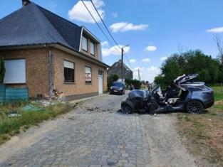 Zwaar ongeval in Affligem: bestuurster van Range Rover zit tijdlang gekneld