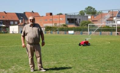 """Pas gezaaid voetbalplein wordt nog duchtig besproeid, ondanks nijpend watertekort: """"Het veld ligt er momenteel beter bij dan dat van Standard"""""""