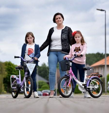 """Weduwe en twee dochtertjes nu toch welkom in Decathlon: """"Ze bieden korting aan, maar dit mag vooral niet meer gebeuren"""""""