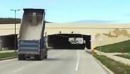 Vrachtwagenchauffeur rijdt onder brug, maar vergeet iets cruciaals