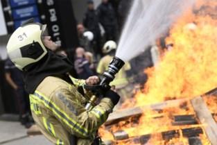 Vegetatiebrand slaat over op hok, asbest vrijgekomen
