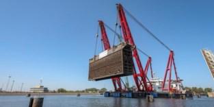 Jan De Nul hijst tweede sluisdeur uit Zeebrugse Pierre Vandammesluis voor renovatie in de achterhaven