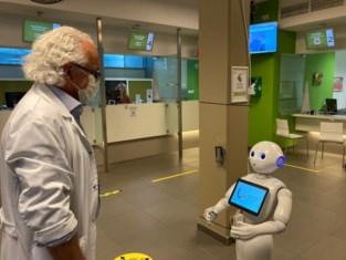 Robot helpt patiënten UZ met naleven van coronamaatregelen