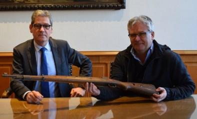 """Stadsbestuur pronkt met oorlogswapen, maar blijkt er geen vergunning voor te hebben: """"Stoffig archief is geen gepaste bewaarplaats"""