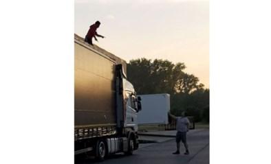 Trucker betrapt drie illegalen in vrachtwagen, politie volgt coronamaatregelen en moet hen laten gaan