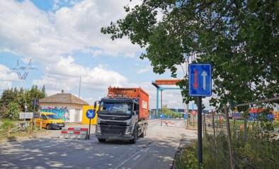 Willemsbrug weer open: opstelling met betonblokken om snelheid te beperken zorgt voor verwarring