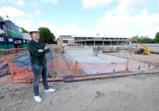 Asbest, tapijt, grafzerken en autobanden: grondvervuiling vertraagt bouw zwembad