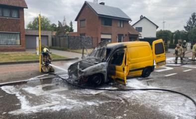 Niet-verzekerde bestelwagen vol fietsen brandt uit