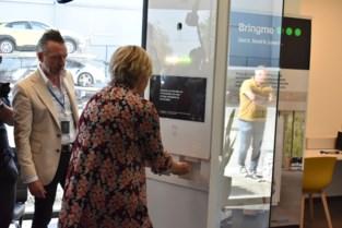 Alcoholgel uitdelen, koorts meten en mondmaskers: nieuwe virtuele receptioniste doet het allemaal