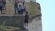 """Man riskeert leven voor foto op rand van metershoge klif: """"Zo'n keuzes brengen het leven van een hulpverlener in gevaar"""""""