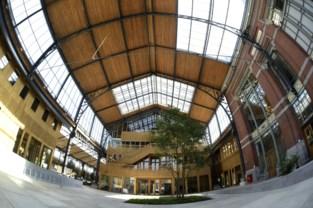 Enorme zonnefabriek bedekt dak van Gare Maritime aan Tour & Taxis