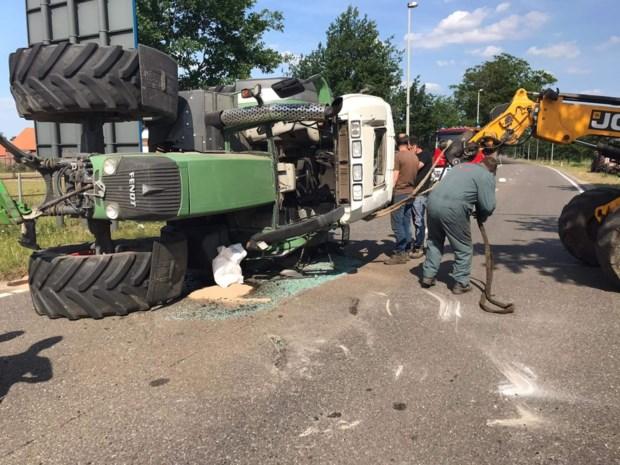 Tractor komt op zijde terecht op weg tussen Peer en Bree: drukke straat deels afgesloten