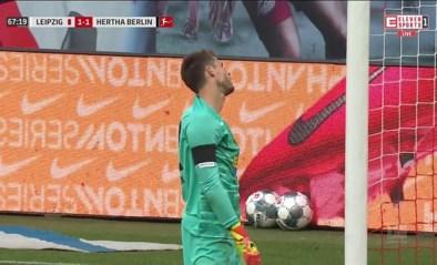Bizarre blunder: Hertha-Belgen zien doelman ongevaarlijk schot in eigen doel slaan