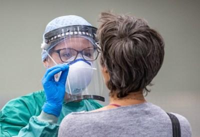 """Bedrijven en woon-zorgcentra vragen negatieve coronatest als toegangspas: """"We willen geen brandende schuren binnenhalen"""""""