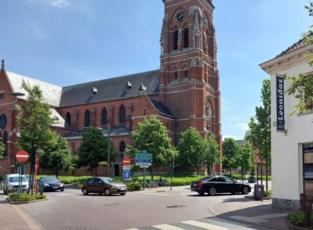 Drukste kruispunt dicht, doorgang kerk versperd