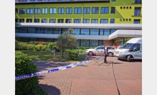 Automobilist rijdt twee ziekenhuisbezoekers aan op parking en pleegt vluchtmisdrijf
