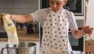 Mona (10) verloor haar huis in hevige brand, nu bakt haar klasgenootje Kobe (10) koekjes om haar te helpen