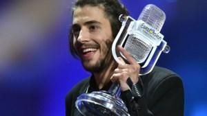 Hoe zou het nog zijn met Eurovisiewinnaar Salvador Sobral? De jongeman met het nieuwe hart en het lathuwelijk met Belgische actrice