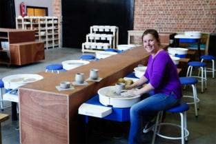 """Caroline opent coworking space voor pottenbakkers: """"Eten uit bord dat je zelf hebt gemaakt, is toch altijd leuker"""""""