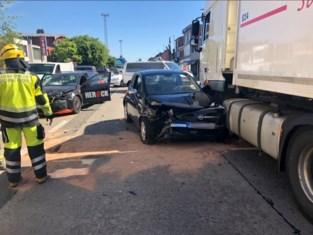 Ongeval met twee wagens en vrachtwagen
