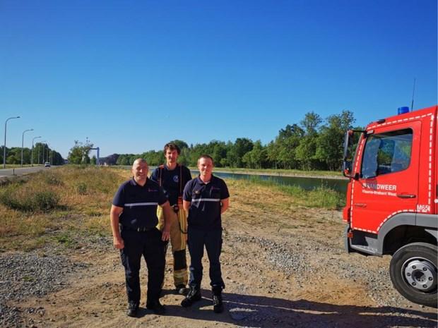 Brandweer is redder in nood voor reetje dat in kanaal sukkelt