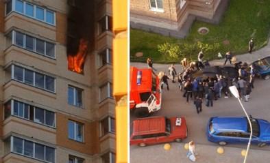 Omstanders duwen auto opzij zodat brandweer zware brand in appartement kan blussen