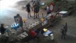 Politiecamera maakt opvallend beeld: picknickers installeren zich aan beide kanten van grensblokkade